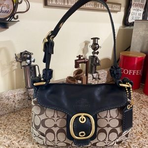 Gorgeous Coach shoulder leather bag